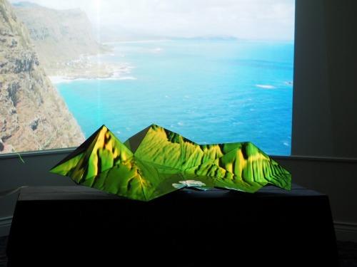 ハワイの海と島の地形をテーマにした作品