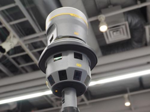 12台のカメラが搭載されている。その上にはGNSSユニットが載っている