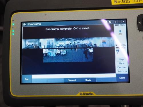 タブレット端末の画面に表示された12枚の写真