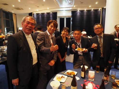 BIM関係者と談笑するお母さんの小林美砂子さん(中央)