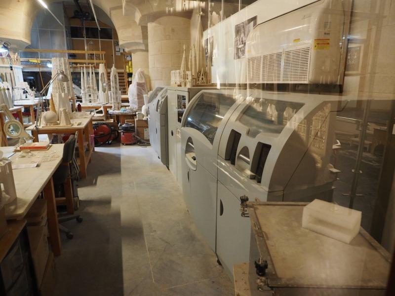 サグラダファミリアの地下にある工房。右端に2台の3Dプリンターを発見