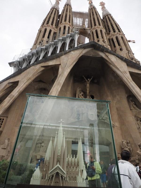 「受難のファサード」側に展示されている模型と実物。中央部にはさらに巨大な塔が立つことが分かる
