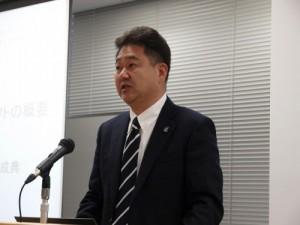発表会であいさつする関西大学総合情報学部の田中成典教授(2点の写真:家入龍太)