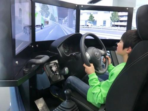 休憩時間には本格的なドライビングシミュレーターで運転を楽しむ姿も