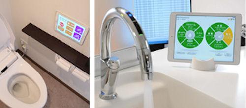 トイレ(左)や洗面所(右)に設けたモニターでエネルギーやドアの開閉状況を見える化