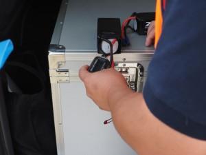 ドローンに装着する前に1本ずつ充電率を計測する