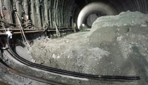 インバートコンクリートを打設した後、まずは保護管を埋設する