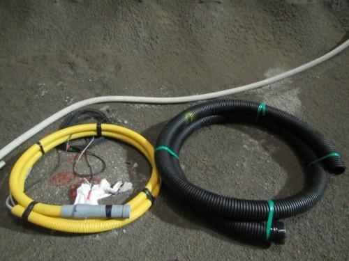 ビニール管に水圧計を取り付けたインバート変位計本体(左)と保護管(右)