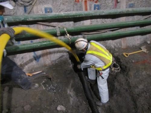 その後、ビニール管を保護管の中に挿入すると設置完了