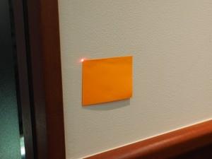 壁面のレーザー光。位置を拾いやすくするため四角の付せんを張っておく