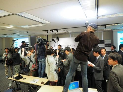 記者会見後の囲み取材もすごいことに(写真:家入龍太)