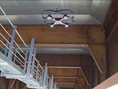 橋梁の床版に近寄っての飛行も可能