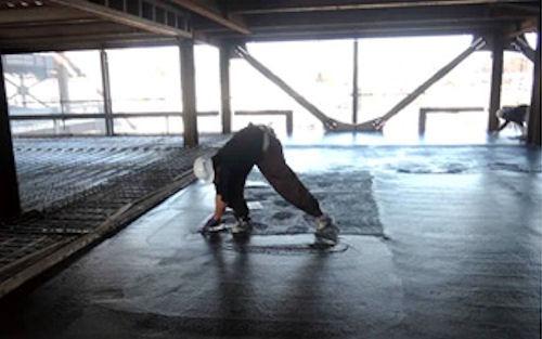 従来の手作業によるコンクリート床仕上げ作業(以下の写真・資料:大成建設)