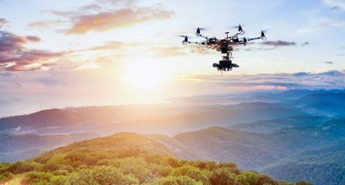 空撮用の本格的なドローン(以下の写真、資料:ディレック)