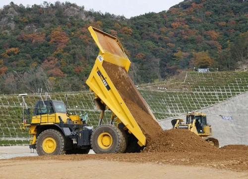 55t級の巨大ダンプトラックがコア材となる土を荷降ろししているところ