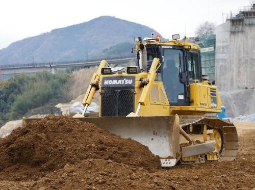 ブルドーザーによる土の敷きならし作業
