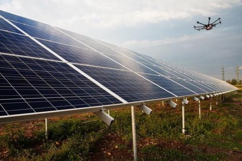 太陽光発電所上空を飛行するドローン(以下の写真・資料:テラドローン)