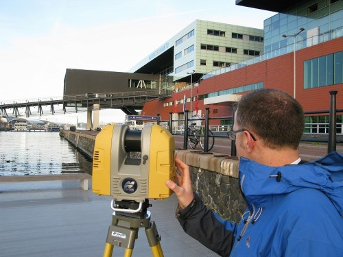 地上型3Dレーザースキャナーによる計測風景(以下の写真、資料:トプコン)