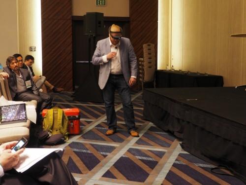 HoloLensを着けて床を見る