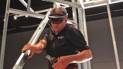 HoloLensを着けてトイレ用の軽量鉄骨を施工中の姿(以下の画像・写真:特記以外はMartin Bros.)