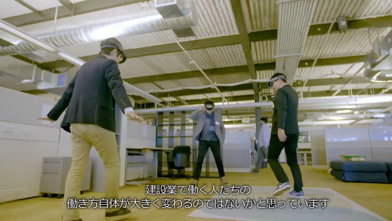 HoloLensを着けて部屋の中を歩き回る社員たち