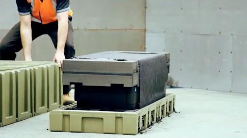 ふたを開けると大判複合機やインク、用紙などの一式が入っている