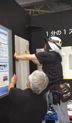 HoloLensを着けて内装工事を行う新野勝さん(以下の写真、画像:インフォマティクス)