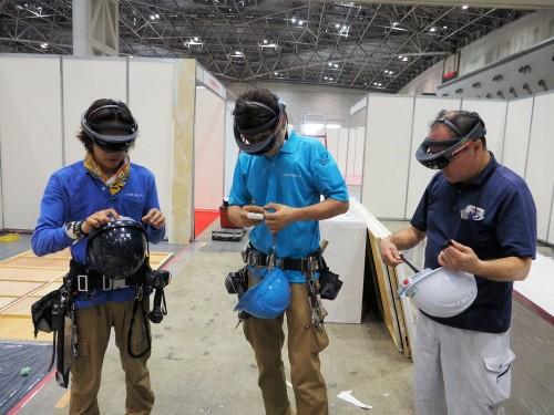 Microsoft HoloLensを着用する職人さんたち(写真:特記以外は家入龍太)