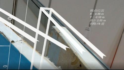 職人さんのHoloLensに表示された画面。パネルの縁がCAD図面として見えている(資料:インフォマティクス)