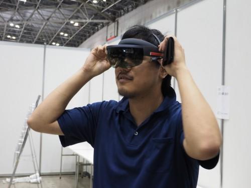 HoloLensを着けた別の担当者がやや離れたところからチェックする