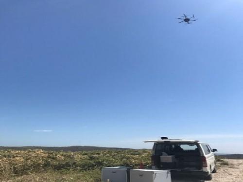 現場上空を飛行するレーザースキャナー搭載のドローン