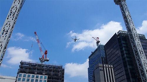 東京・日本橋エリアの上空から空撮するドローン(以下の写真、資料:三井不動産)
