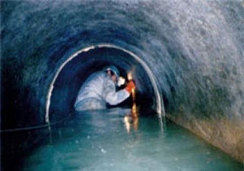 作業員による下水管内の点検イメージ(以下の資料:ブルーイノベーション、日水コン)