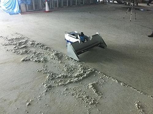 床上に散らばった材料などを自動的にかき集める現場用清掃ロボ「TOギャザー」(以下の写真:竹中工務店)
