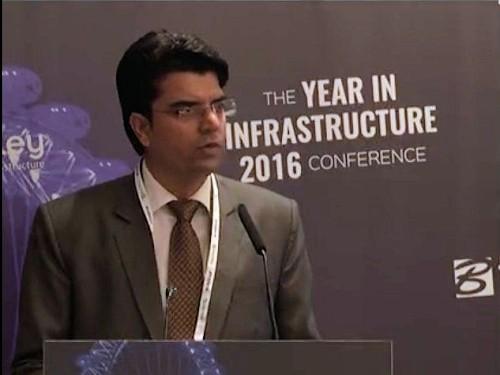 2016年のBe Inspiredアワードで発表する「NJSエンジニア・インディア」の関係者(写真:ベントレー・システムズ)