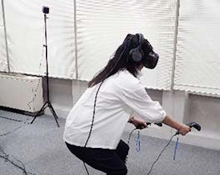 VRゴーグルやコントローラーを持って現場を体験中の様子