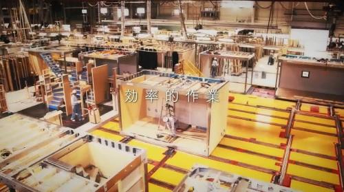 工場の床に設置されたベルトコンベヤー