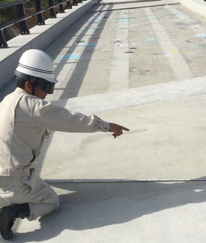 HoloLensを着用して現場を見る施工管理技術者