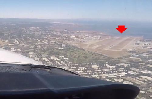 サンノゼ北部にあるモフェット空港(赤矢印)。サンフランシスコ湾の最南端に面している