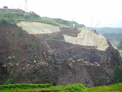 試験運用を行った切り土現場。熊本地震によって崩落した阿蘇大橋の架け替え工事のうち、橋台構築の基礎工事を行っている