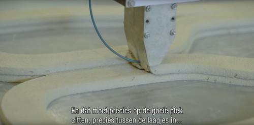 配力筋となるケーブルを練り込みながら造形している様子
