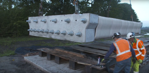 橋桁ブロックの空洞部にPCケーブルを通して緊張して橋桁が完成
