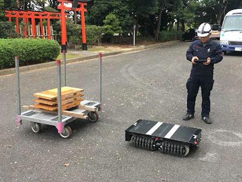 「クローラーTO」の運転風景。重量物を載せた台車の下に潜り、リフター機構で持ち上げて台車ごと搬送できる