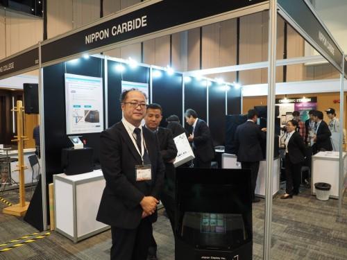 各種ホログラムシステムを展示した日本カーバイドのブース