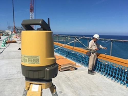 平成27年度牧港高架橋上部工(P4~P6)工事(沖縄県浦添市)で壁高欄の型枠天端高さを計測した例。測量機にはトプコンの「LN-100」を使用。望遠鏡がなく、スマートフォンで遠隔操作する