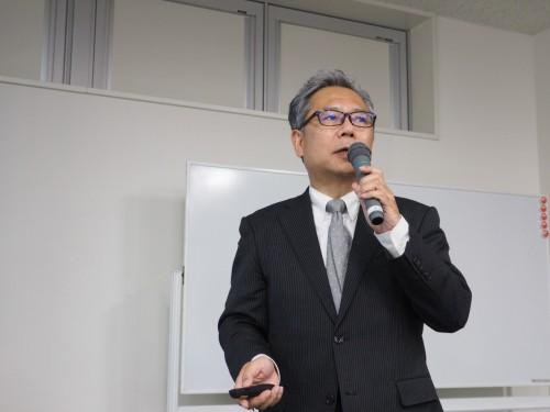 あいさつするBIM専門部会 BIM展開検討ワーキンググループの吉村知郎リーダー