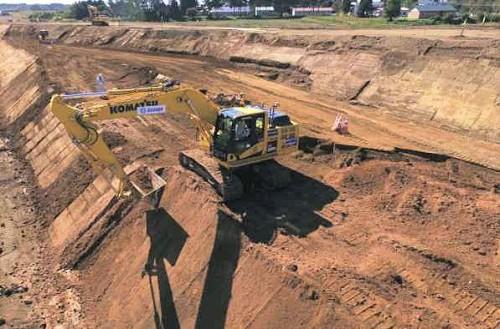 マシンコントロールバックホーによる盛り土法面整形作業
