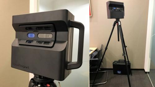 「MATTERPORT PRO 3D CAMERA」の外観。赤外線カメラと可視光カメラが3台ずつ付いている(左)。使用時は3Dレーザースキャナーのように三脚に据え付ける。撮影時は約1分で360°旋回し、周囲を高画質で撮影する(以下の写真:特記以外は家入龍太)