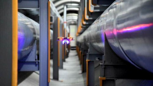 太い配管を収めた地域冷暖房用トンネルの中を飛行するドローン(以下の写真、資料:三菱地所、丸の内熱供給、ブルーイノベーション、Liberaware)