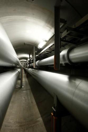 配管や架台が密集した地域冷暖房トンネル内。これらに衝突しないで往復するのは相当難しそうだ